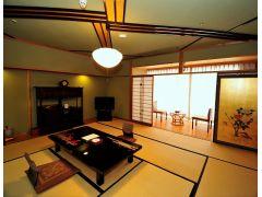 12.5畳の1間の和室。数寄屋造りの純和風の客室です。