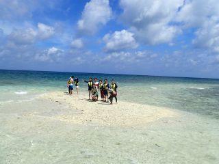 バラス島でサンゴ拾い