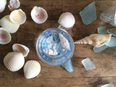 貝殻やシーグラス、それに青い砂をトッピングすれば、まるで海のようです!