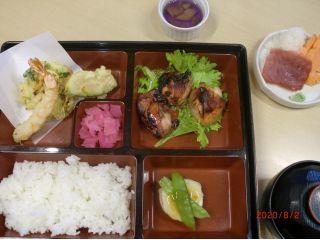 お造り(二種)、揚げ物、チキンステーキ、野菜しんじょ、ご飯、漬物、味噌汁、ミニデザート
