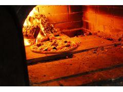盛り付けたら石窯で焼いていきます