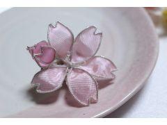 特殊なワイヤーを使って、桜のモチーフを作ります。つぼみもかわいいです。