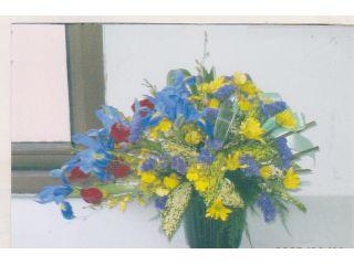 季節のお花を使ったアレンジメント。ブーケやコサージュも作成します。写真は中級コースの生徒さんの作品。
