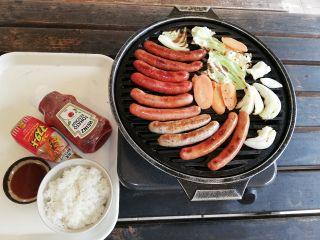自家製ソーセージ、新鮮野菜、ご飯、ケチャップ、マスタード、焼肉のたれ