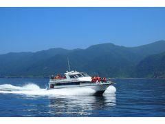 充実した設備を備えたクルーザー観光船。波が穏やかな時にだけ開放される船先は、まさに当船の特等席です☆