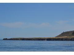 国立公園内の特別保護地区として厳重な管理下に置かれている「知床岬」を目指します☆ 晴天時には、知床岬の奥に北方領土の国後島がその姿を現します!