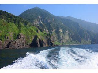 知床の数ある滝の中で唯一水が直接海に流れ落ちる「カシュニの滝」は、午後に西日が当たると虹がかかります☆
