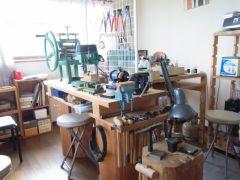 様々な工具が並ぶ工房。