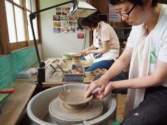 ご夫婦で参加のおふたり、初めての陶芸ですが、一度はやってみたかった電動ろくろでの陶芸作品作り、うまくできました(^^)/