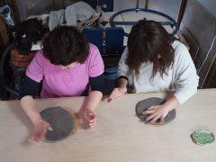 仲良し二人組、笑い声が絶えません。粘土をトントン叩いてカンタンお皿作り♪