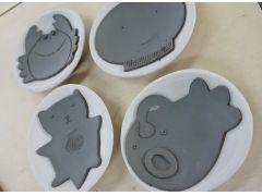 お皿らしく丸みをもたせるために、素焼きの型にのっかったお皿。もうほとんど出来上がっています。