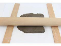 土を伸ばして型紙でカット。