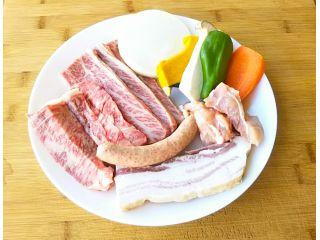 厳選国産牛肉(肩ロースと上バラなど)200gと鶏肉、ベーコン、ソーセージ合わせて約350g