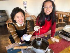 親子で楽しめるミツロウキャンドル作り。基本のディッピングで2種類のキャンドル作りにチャレンジです。