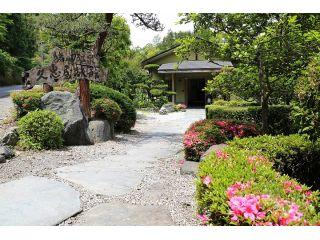 当館の入り口です。 四季折々の草木がお出迎え致します。