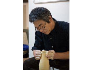 電動ろくろを使って粘土を手でで成形していきます