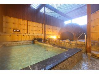 開放感ある露天風呂には洞窟風呂もあります♪