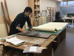 職人の仕事見学も含まれています。ふすまサイズの京からかみを摺る姿をご覧いただけます。