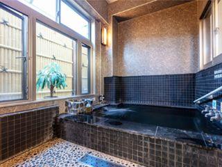 2017年2月に完成した家族風呂。お湯は使用毎に入れ替え、たっぷりと源泉かけ流しで温泉を堪能していただけるほか、貸し切り風呂ならではのプライベート空間も魅力☆