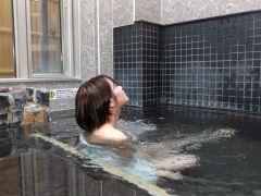 完全個室のプライベート空間は手すり付きバリアフリー。泉質は単純温泉(低帳性・弱アルカリ性・低温泉)、家族風呂は循環なしの源泉かけ流し♪