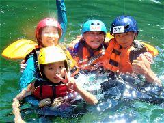 ぷかぷか、吉野川で浮いて体で感じてみよう。家族みんなで遊ぶラフティング。親御さんもお子様も笑顔になること間違いなし。