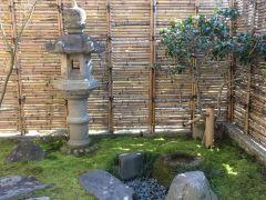 風情のある苔庭を通って茶室に入ります