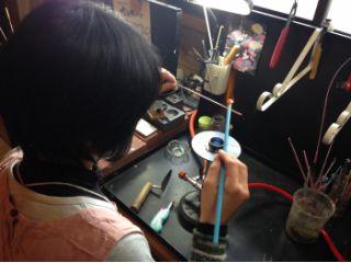 卓上のガスバーナーでガラスを溶かし、棒に巻き付けて作っていきます。 時間内に自由に制作OK! まんまるでかわいいとんぼ玉ができるかな?たのしみ たのしみ♪
