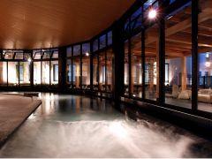 屋内にある大浴場。窓をできるだけ大きく取り、湯船から開放感を楽しめるように設計しました。ゆったりとした空間でおくつろぎください。