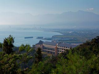 石鎚山と休暇村瀬戸内東予外観