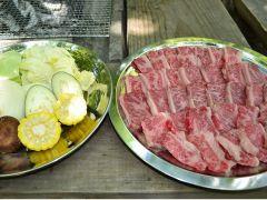 肉:国産牛カルビ、野菜:キャベツ・玉ねぎ・にんじん・しいたけ・トウモロコシ・ピーマン(季節により野菜の内容が変更になる場合がございます)
