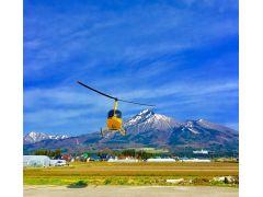 磐梯山と当社ヘリ。テイクオフ!