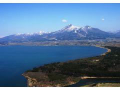 当社ヘリから眺める猪苗代湖と磐梯山。