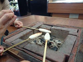 伊達家の家紋にもなっている笹の葉をモチーフに作られた宮城県名物の笹かまぼこを自分で焼いて食べる体験