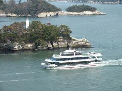 地蔵島と湾内で一番大きな船舶あおば