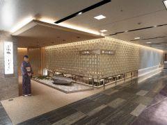 ホテルグランヴィア大阪の19階にございます。 明るい木目の壁のエントランスからお入りください。