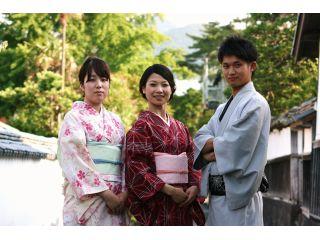 お着物に着替えて、お店を1歩出ると、そこは世界遺産の萩城城下町です。移動なしにフォトジェニックな景色が広がります♪