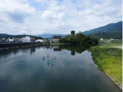 """愛媛県大洲市""""しろまち""""のすぐそばを流れる肱川は、流れが穏やかで、水面散歩を楽しむフィールドとしては理想的なフィールドです。"""