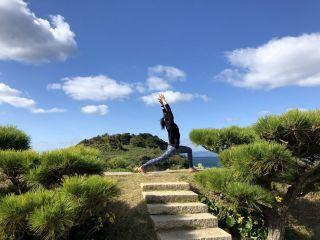海風が吹き抜ける映画ロケにも使われる絶景の番所庭園でヨガ