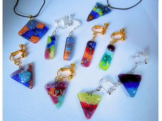 ペンダントとピアス(体験制作作品)。七宝の釉薬はカラフルで変色しません。
