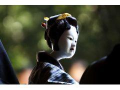 傾城阿波の鳴門のお弓。人形には人間にない不思議な魅力があります。阿波人形浄瑠璃では大阪の文楽よりも大きな、光沢のある人形を使います。