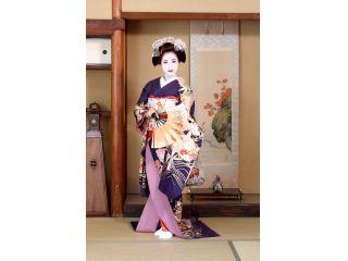 元々は本物の舞妓さんが来るお茶屋だった京町家の和室スタジオでフォトグラファーが舞妓さんらしいポーズを付けて撮影いたします♪