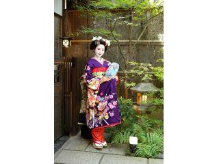 坪庭では舞妓さんならではの「おこぼ」を履いた撮影ができます♪プライベート空間でお外の撮影を楽しめます。