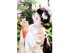 季節感あふれる様々なお花を手にして撮影するお写真はソフトフォーカス加工が入り、よりふんわり女性らしいお写真になります♪