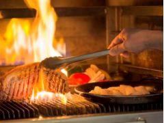 富士の溶岩石を使用した武藏窯。武藏窯で焼いたお料理はオーダー制で食べ放題。