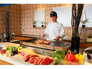 オープンキッチンでは、メイン料理:牛肉のパイ包みとデザートをシェフがサービスします。
