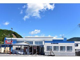 旧江住中学校の体育館を再利用した水族館です。 手前にある「海の環境学習館」は新築です。