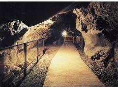 【岩屋】海の浸食によってできた神秘の洞窟です。