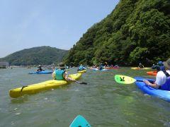 インストラクターのレッスンを受けながら、円山川をのんびりツーリングします。