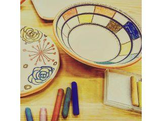 当窯元では、大谷の里で唯一、カラフルな陶磁器用のクレパスでの絵付けを行っております。小さなお子様でも、お絵描きをする様に絵付けを楽しんで頂けます。