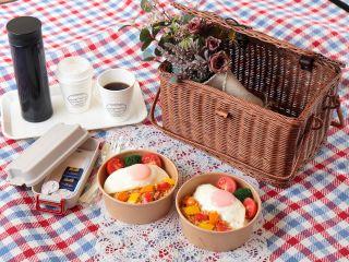 ピクニックランチセット。バスケットに特製ランチとコーヒーを詰め込んで出発!※写真は2人分です。